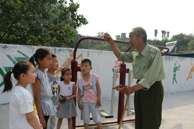 史林山后来成为当地的一名义务讲解员,向参观者讲述发生在南滚龙沟村图片