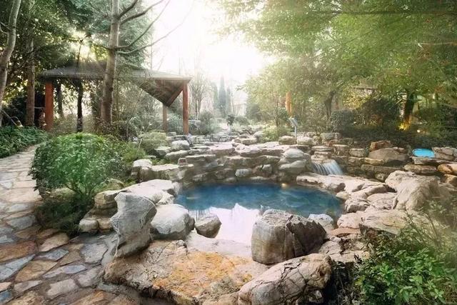 """室外温泉区 以""""湖,溪,林""""三大自然景观为主轴 9大主题区,46个露天泡池"""