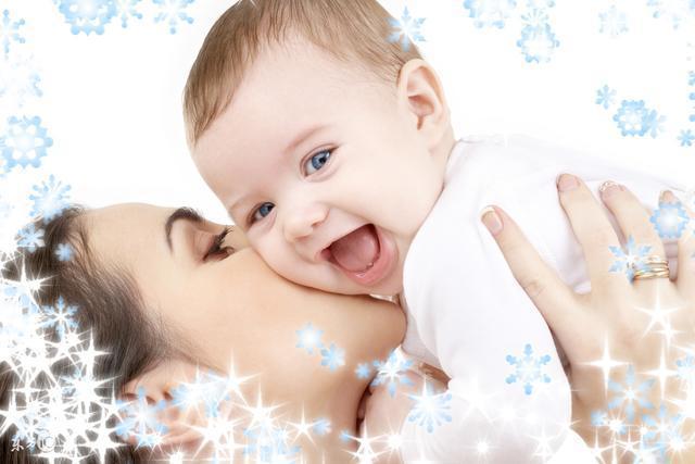 其次,宝宝眼睛会动,特别是看到光亮的东西,会盯着看,而且喜欢动来动去