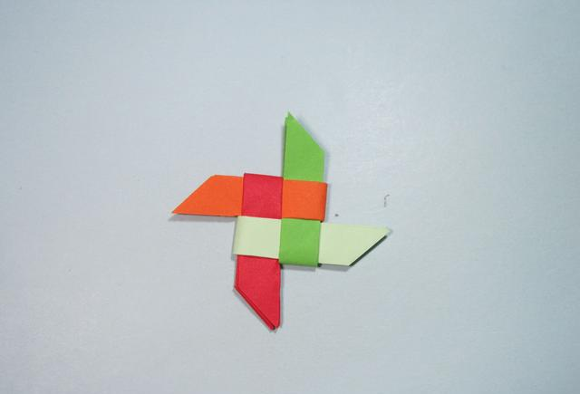 儿童手工折纸:彩色飞镖的折法步骤图解
