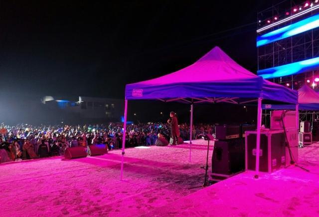 正能量:任贤齐衢州演唱会,冰天雪地坚持唱完,台上全是雪印!