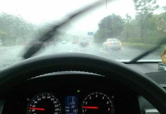雨刮器刮不干净就要换,老司机笑笑说:5毛钱搞定!