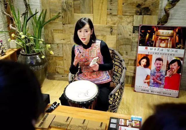 丽江漂亮姑娘都卖手鼓了,整体没有当地特色图片
