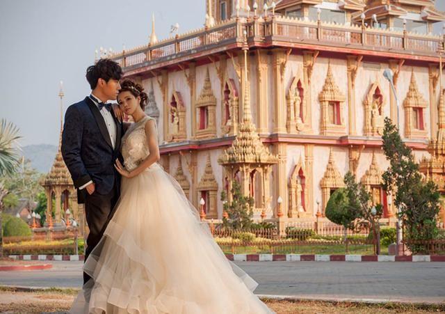 二婚女星嫁给头婚的小男友,依旧被宠爱成公主,过着幸福的生活
