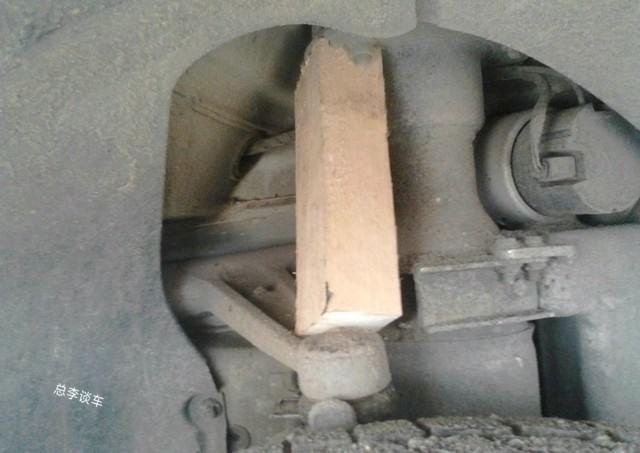 2.7吨的迈巴赫坏了,一时找不到配件,用块破木头充当配件
