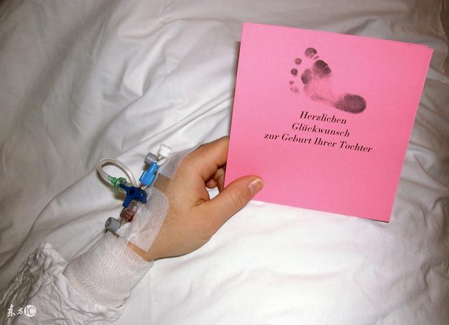 刚出生的宝宝为什么要留下小脚印,而不留手印?图片