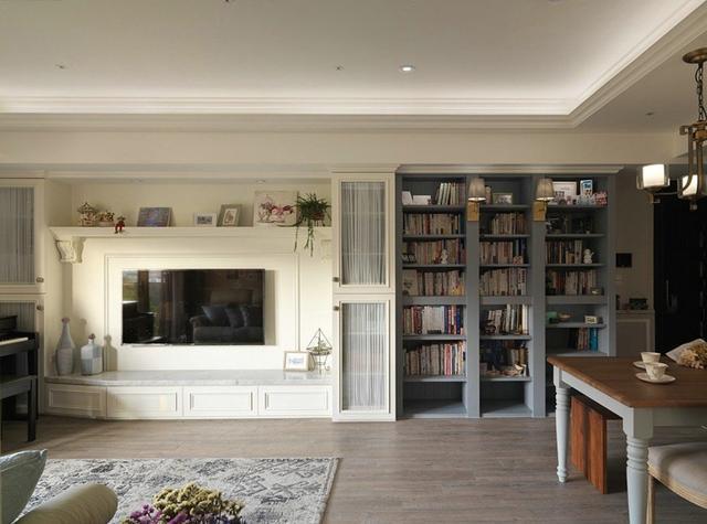 电视机背景墙是石膏板,柜子是现场做的,喜欢简简单单的温馨,喜欢阳光