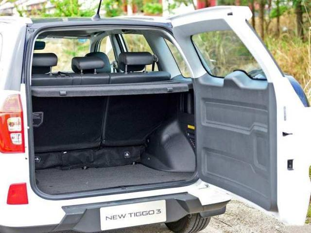 打开这辆瑞虎3的后备箱部分,不是太大的容积面积,但座椅放倒后后备箱