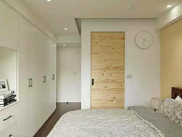 卧室衣柜通常的设计位置是进门的靠墙位置,小编提醒,柜子最好采用推