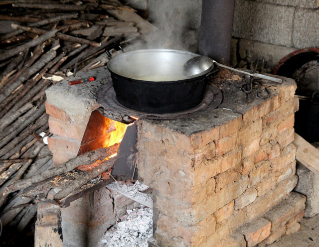农村厨房的这些老灶台,烧柴火猛火做饭特别香图片