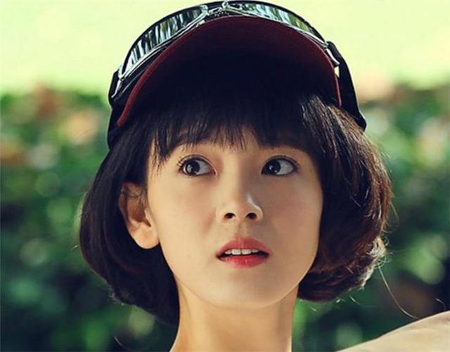 近日,陈瑶短发回归,穿着一袭浅色调礼服的她很可爱,每一个动作都透漏