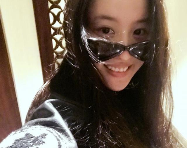 刘亦菲晒素颜自拍,炫耀成龙大哥的礼物,称耍酷有行头了
