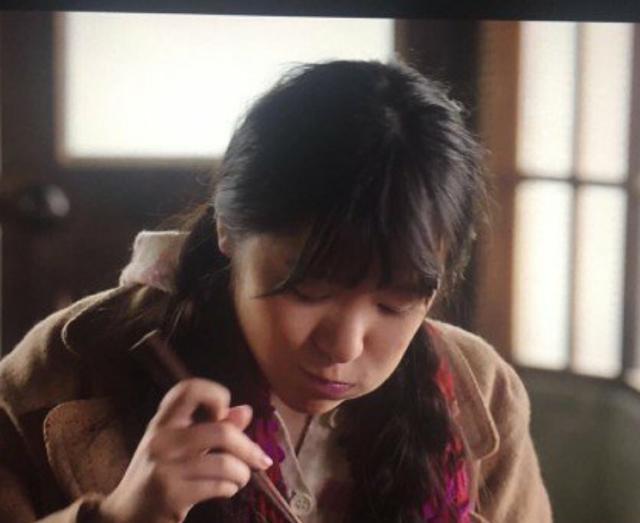 刘诗诗拿筷子吃饭的姿态真清奇,可仍然抵然而张艺兴啊!