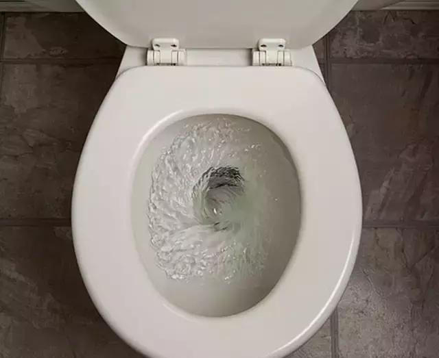 小哥妙招|马桶水箱里放个这个,再也不用担心马桶用久了会有黄渍