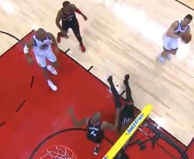 NBA再现神奇一幕!总冠军巨星晃倒东区杀神,库里杜兰特全笑翻了