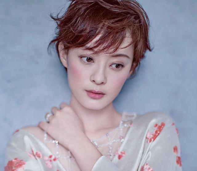 女星同是短发造型,唐嫣甜美,赵丽颖可爱,只有她气质