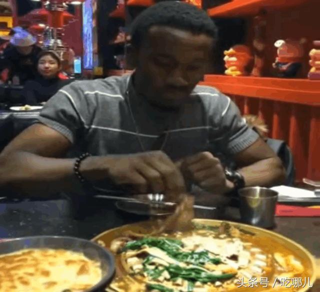 非洲人第一次到中国吃火锅,不会用筷子直接用手抓?爪子都快熟了图片