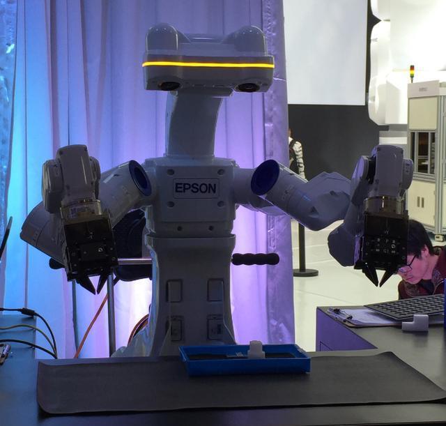 普生展示了其多轴机器人和SCARA机器人在3C行业以及家电、锂电高清图片