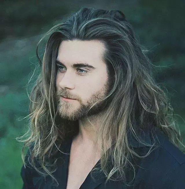 最具有艺术家标签的头发,一般人眼里只要是一头飘逸长发的男生,十有