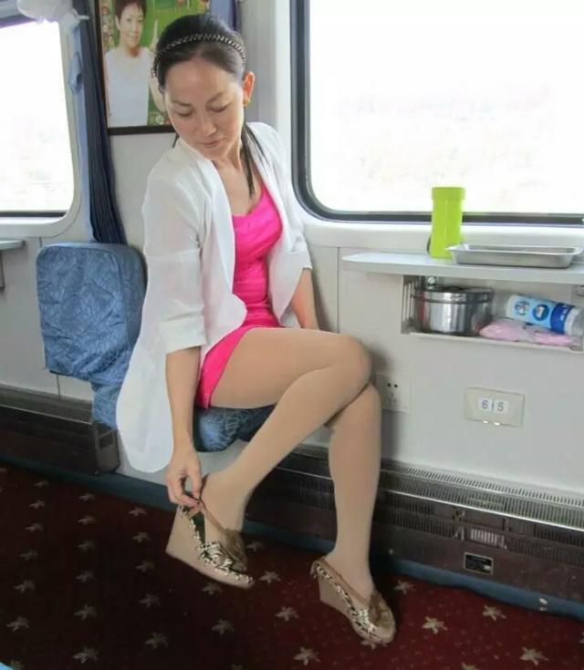 熟女欧美丝袜_贵在真实的中老年模特—丝袜美熟女的火车旅程