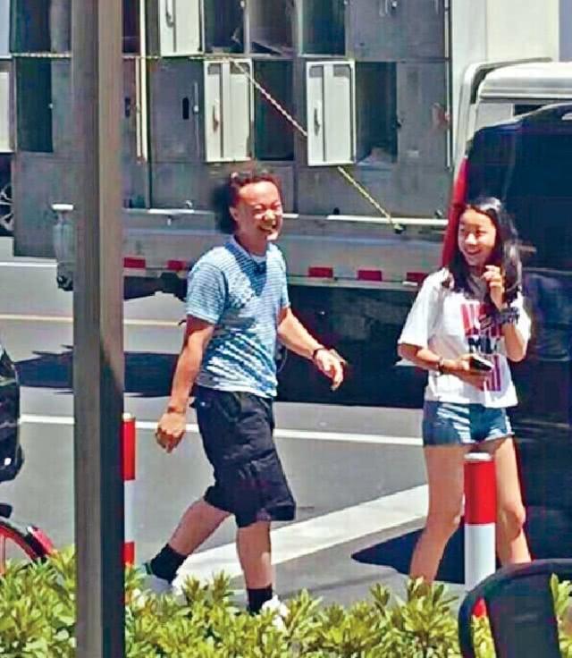 陈奕迅女儿陈康堤妈妈逛街 大长腿瞩目和徐濠縈一个模子刻出来