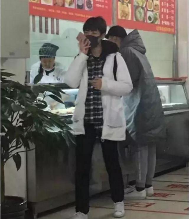你所没见过的王俊凯,穿一只鞋,脸上黑呼呼的,但却被老师表扬