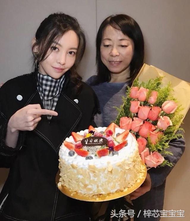 《前任3》主演于文文陪妈妈过生日,现场吃蛋糕很是调皮