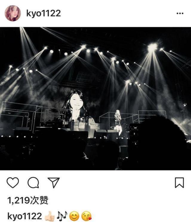 宋慧乔发图点赞IU演唱会 双宋整晚甜蜜对望笑不已