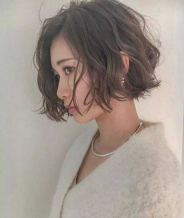 绵羊烫是2018年烫发的流行趋势,很多女最近都纷纷烫起了这个发型.