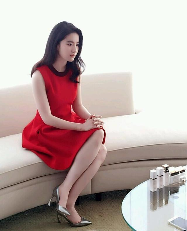 厉害了我的姐刘亦菲,内穿紧身牛仔裤,外穿透明大长裙