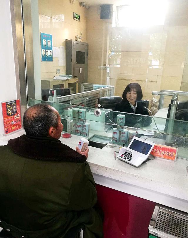 洪泽农商银行开展服务'粥'到,腊八献礼活动