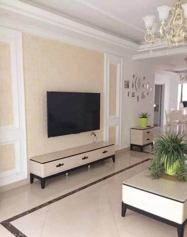 电视墙也没有做过多的装饰,就简单的贴了个壁纸和石膏线就行了.