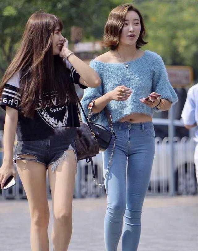 美丽少妇阴部_紧身裤勾勒出少妇们肥美的下体,第三个那是什么裤子啊