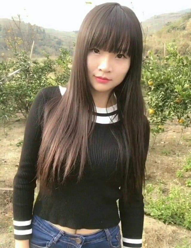不过农村的空气确实挺清新的,女孩长长的头发,迷人的笑脸确实十分可爱