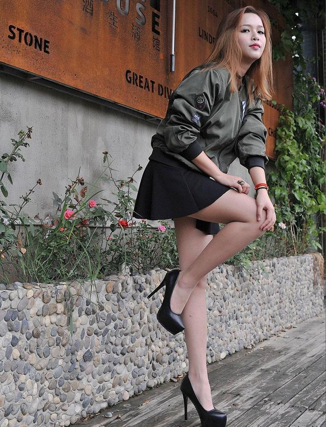 街拍:美女穿高跟鞋也有休闲范,你喜欢这样风格吗?