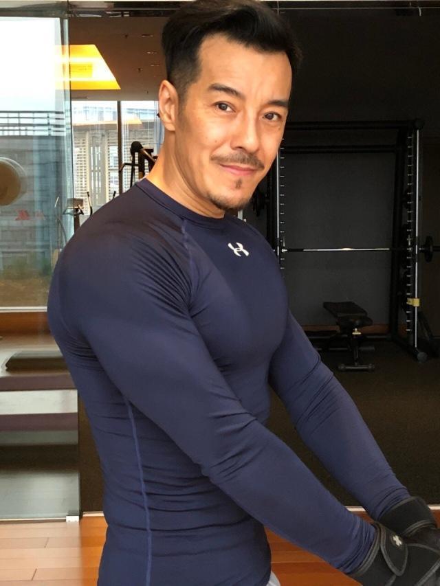 46岁健身狂魔海一天爆炸肌肉 被赞地表最强大叔身材