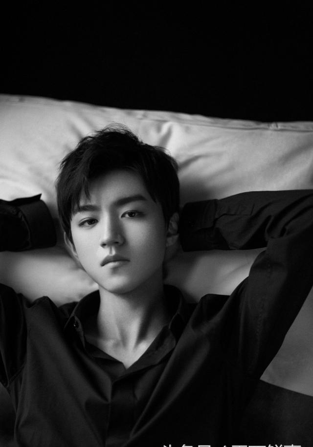 王俊凯爆高冷范照片,小小年纪男人味十足,酷酷的情人快来认领