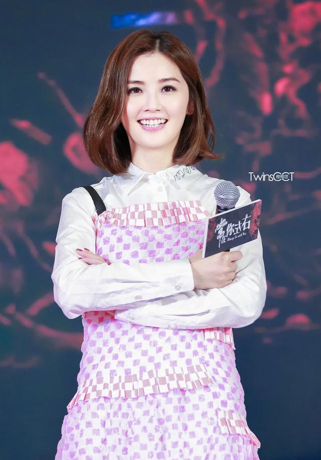 阿sa蔡卓妍现身广州,粉色连衣裙甜美可爱