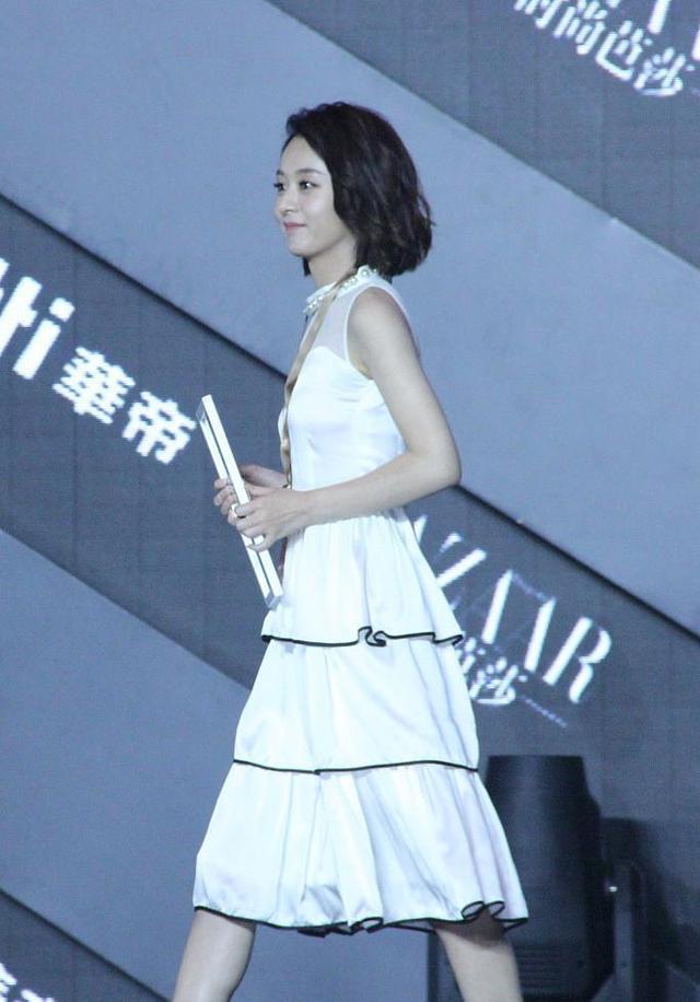 平时中的赵丽颖搭配一条白色的裙子都是显得清纯可爱,但是换了这个