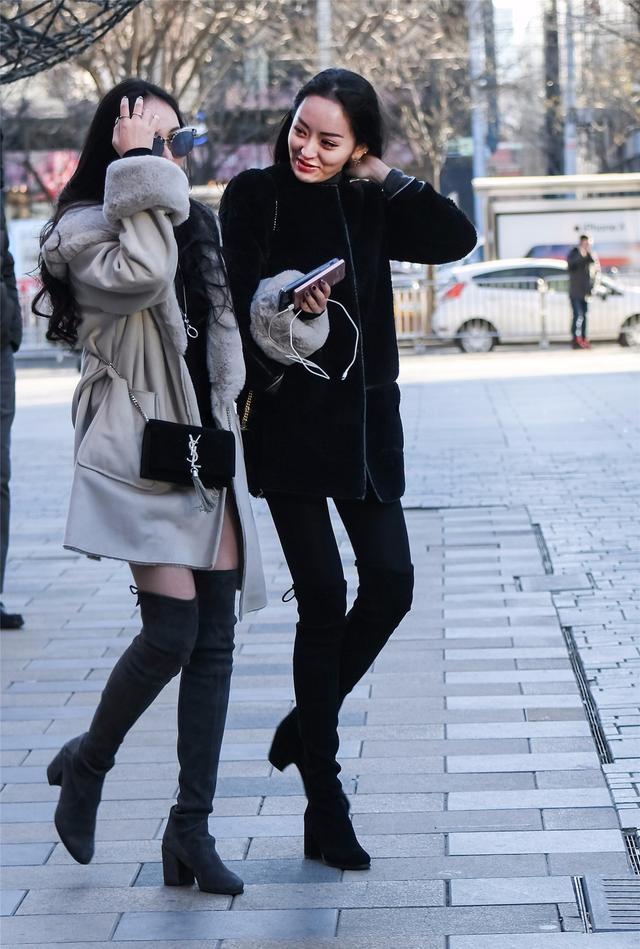 街拍:冬季穿搭过膝靴的美女风姿!
