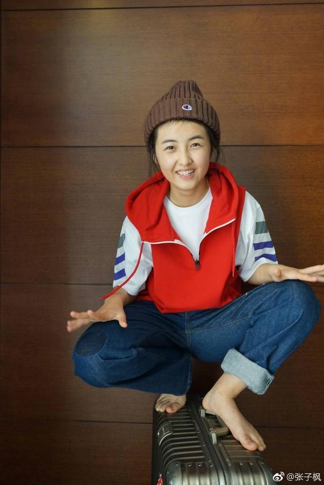 张子枫在微博上晒了一组照片!大家却只注意到她的脚!