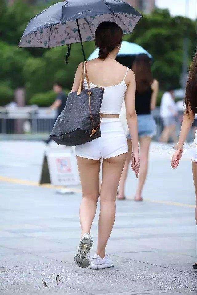 路人街拍:姐姐你的热裤有点短哦,后面我全看到了