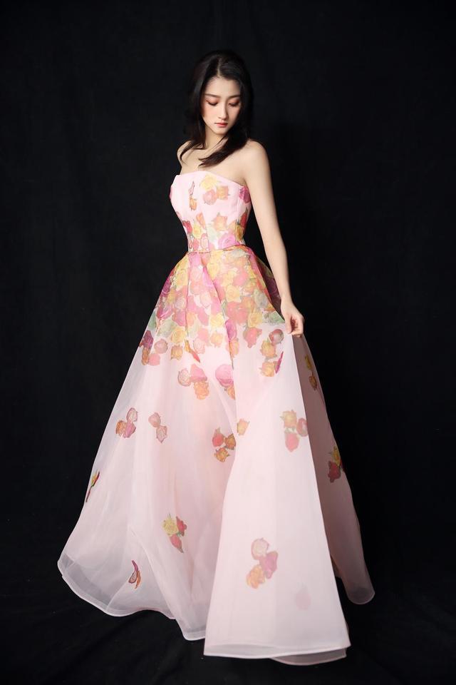 关晓彤身穿露肩长裙似小公主,手上大钻戒超抢眼