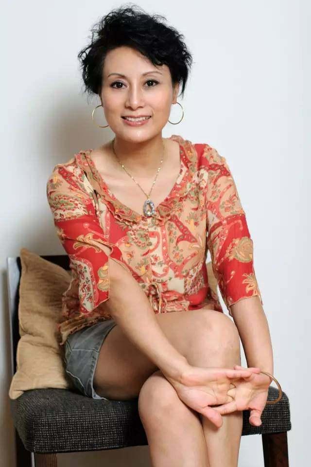 姨_她是《情深深雨蒙蒙》里的佩姨,国家一级演员,如今63岁气质依旧