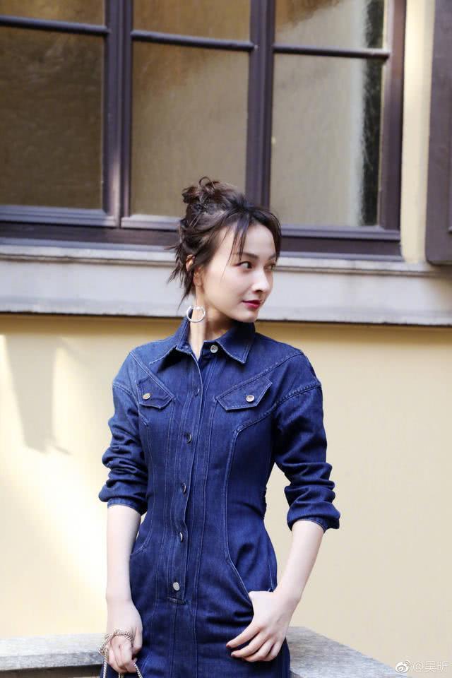 吴昕又去米兰时装周了, 这一次她穿的牛仔风像极了赫本!