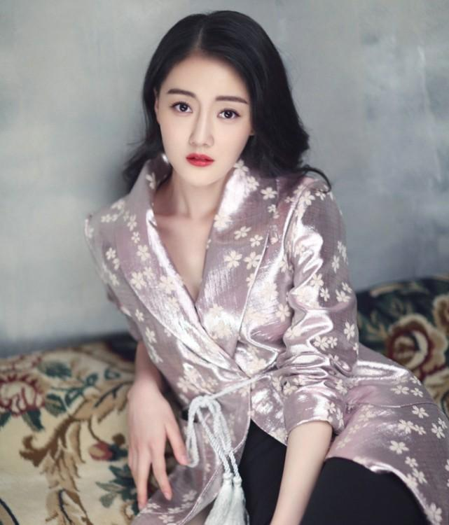 新晋女演员吕艳在剧中饰演担纲班长职务的清新美女
