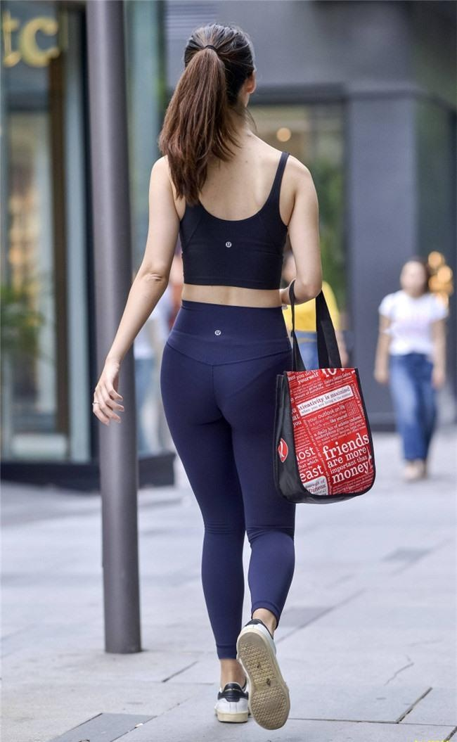 街拍美女健身教练,紧身裤勾勒诱人s曲线身材