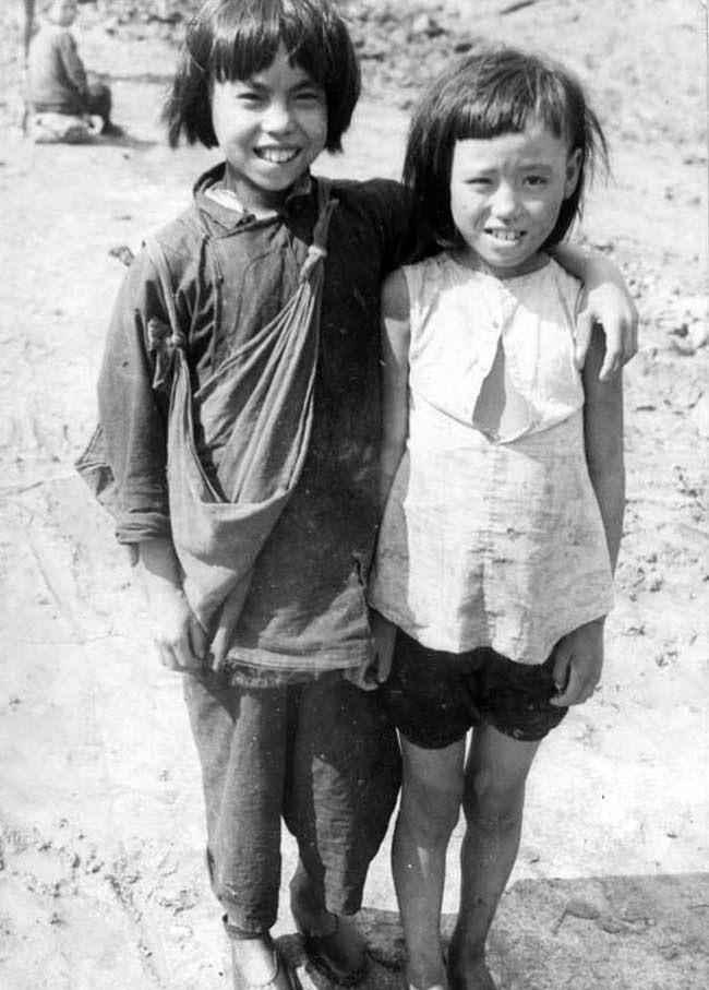 裹小脚的现代人_30年代罕见老照片:衣服破烂的小孩,裹小脚的老人不裹脚的女学生