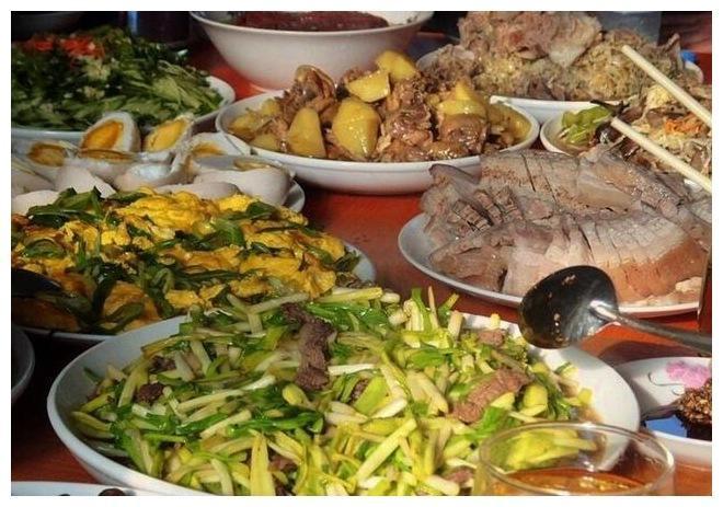 家里吃饭照片_平常出去吃饭也是一大帮人一起出去吃饭,所以在东北,平常在家里吃饭
