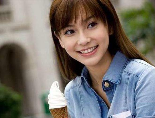 在齐刘海的发型下,杨颖依旧是清纯,美丽,女神就是女神!图片